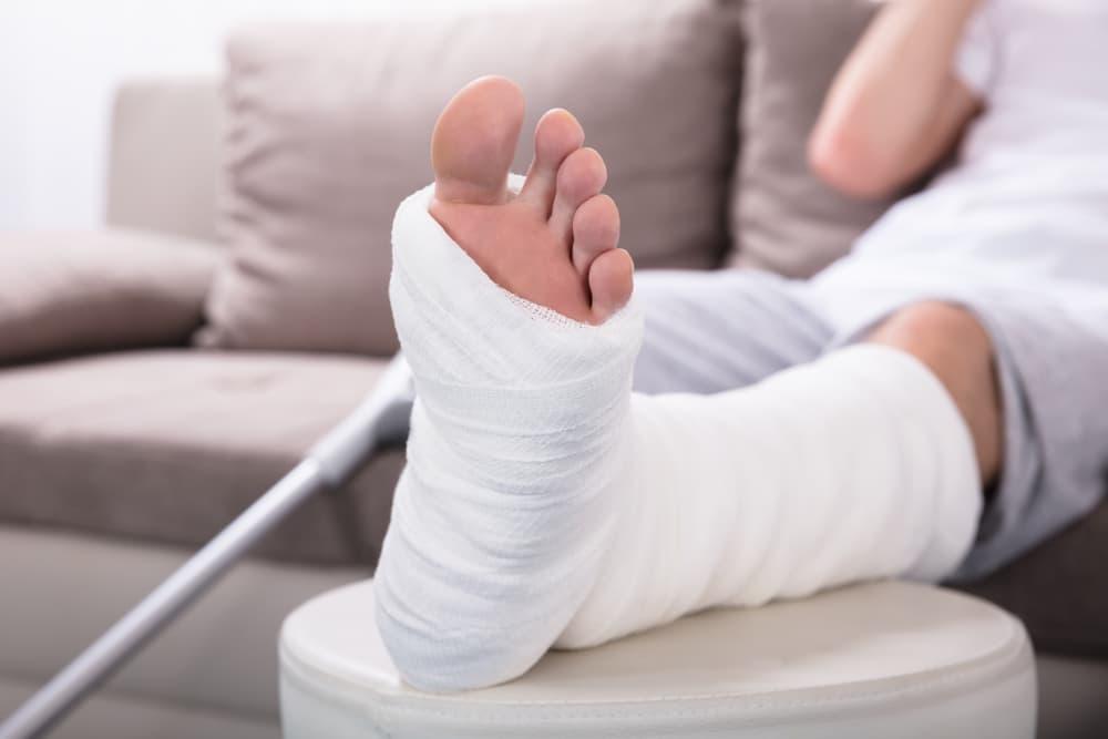 Pertolongan Pertama Pada Fraktur Patah Tulang Perhatikan Langkah Langkah Ini Safety Sign Indonesia Rambu K3 Lalu Lintas Exit Emegency Label B3